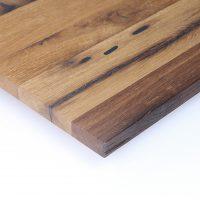 Diese Leimholzplatte aus altem Eichenholz wurde in unserer Tischlerei klassisch geölt und gebürstet und schließlich gespachtelt.