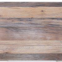 Diese Leimholzplatte aus historischem Eichenholz wurde in unserer Tischlerei hell geölt, gebürstet und nicht gespachtelt.