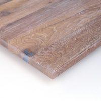 Diese Leimholzplatte aus historischem Eichenholz wurde in unserer Tischlerei hell geölt, gebürstet und schließlich gespachtelt.