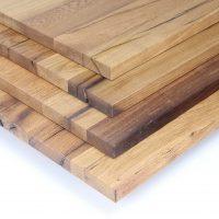 Wir bieten Ihnen in der eigenen Tischlerei verleimte klassisch geölte Massivholzplatten aus aufgesägtem alten Eichenholz an.