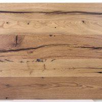 Diese Leimholzplatte aus altem Eichenholz wurde in unserer Tischlerei klassisch geölt und geschliffen. Sie wurde nicht gespachtelt.