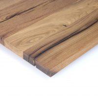 Diese Leimholzplatte aus altem Eichenholz wurde in unserer Tischlerei geölt und geschliffen. Die Risse im Holz wurden nicht gespachtelt.