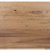 Diese Leimholzplatte aus historischem Eichenholz wurde in unserer Tischlerei klassisch geölt und geschliffen und schließlich gespachtelt um eine glatte Oberfläche zu erhalten.