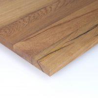Diese Leimholzplatte aus historischem Eichenholz wurde in unserer Tischlerei klassisch geölt, geschliffen und schließlich gespachtelt um eine glatte Oberfläche zu erhalten.