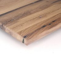 Diese Leimholzplatte aus historischem Eichenholz wurde in unserer Tischlerei hell geölt und geschliffen.