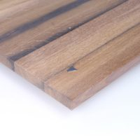 Diese Leimholzplatte aus historischem Eichenholz wurde in unserer Tischlerei hell geölt, geschliffen und schließlich gespachtelt.