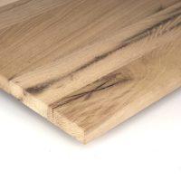 Diese Leimholzplatte aus altem Eichenholz ist unbehandelt und wurde in unserer Tischlerei geschliffen aber nicht gespachtelt.
