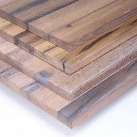 Diese Leimholzplatte aus historischem Eichenholz wurde in unserer Tischlerei hell geölt und gespachtelt um eine glatte Oberfläche zu erhalten.
