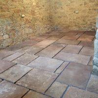 Bodenplatten aus Solling-Sandstein als Bahnenware