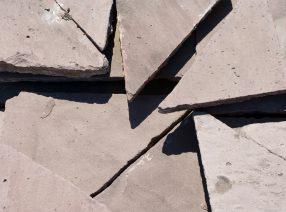 Polygonale Bodenplatten aus Solling-Sandstein