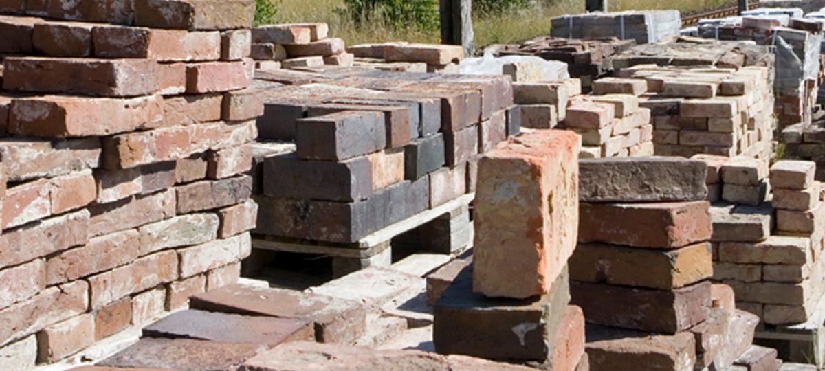 Historische Mauerziegel, alte Sandsteinplatten, antike Terracottafliesen
