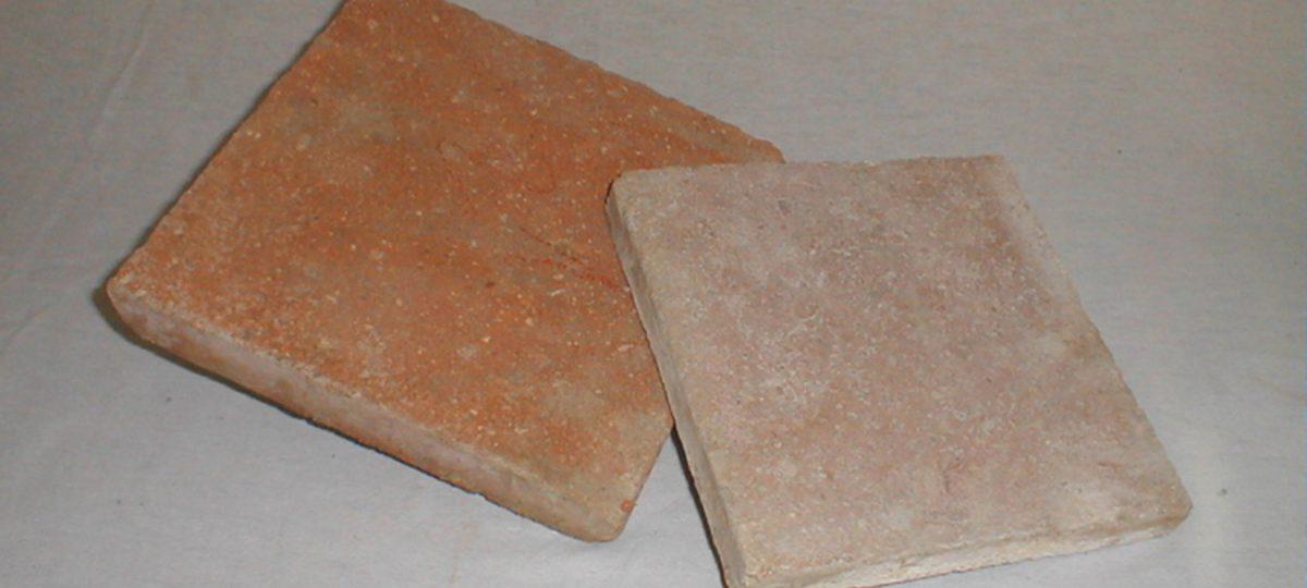 Teilmaschinell geformte quadratische Terracotta-Fliesen aus Frankreich