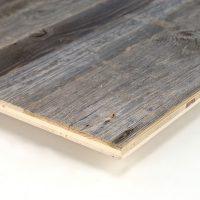 Immer dann, wenn es um einfache Verarbeitung geht und die Altholzoptik wichtiger ist als die Altholzsubstanz, sind unsere 3-Schicht-Platten mit einer Decklage aus altem Nadelholz die richtige Wahl. Hier handelt es sich um eine Decklage mit original sonnenverbrannter Oberfläche in grau.