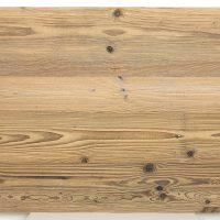 Immer dann, wenn es um einfache Verarbeitung geht und die Altholzoptik wichtiger ist als die Altholzsubstanz, sind unsere 3-Schicht-Platten mit einer Decklage aus altem Nadelholz die richtige Wahl. Hier handelt es sich um eine Decklage mit original sonnenverbrannter Oberfläche in hellbraun.