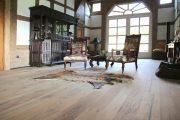 Wohnraum mit einem hellen Dielenboden aus alten Eichenbalken