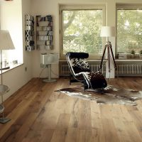 Warmes Raumklima durch einen Dielenboden aus aufgesägten alten Eichenbalken mit schöner Holzmaserung.