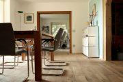 Wohnraum mit einem Holzboden aus alten Eichenbalken