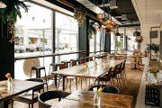 Im Restaurant »Rosmarie« wurde die 3-Schichtdielung Nr. 5 aus aufgesägten alten Eichenbalken verlegt.