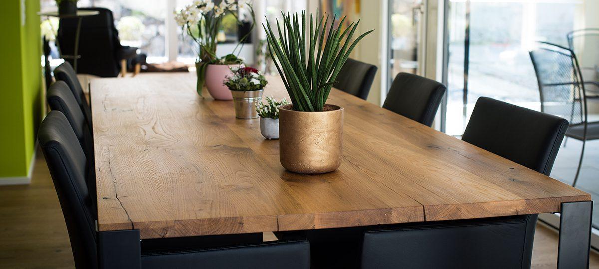 Tischplatte aus massiven Bohlen aus historischen Eichenbalken