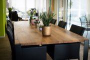 Tischplatte aus massiven Bohlen aus historischen Eichenbalken mit Stahlfüssen