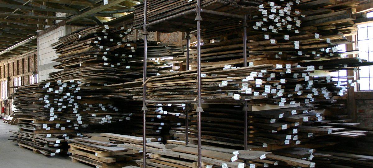 Schnittholz aus alten, aufgesägten Eichenbalken