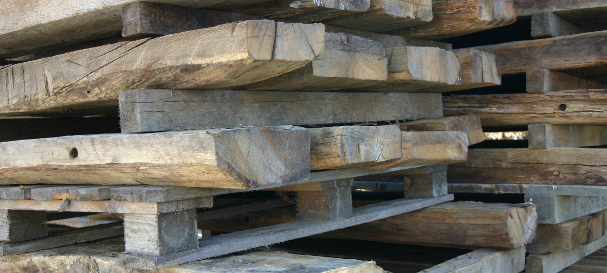 Blockhausbohlen aus altem Eichenholz