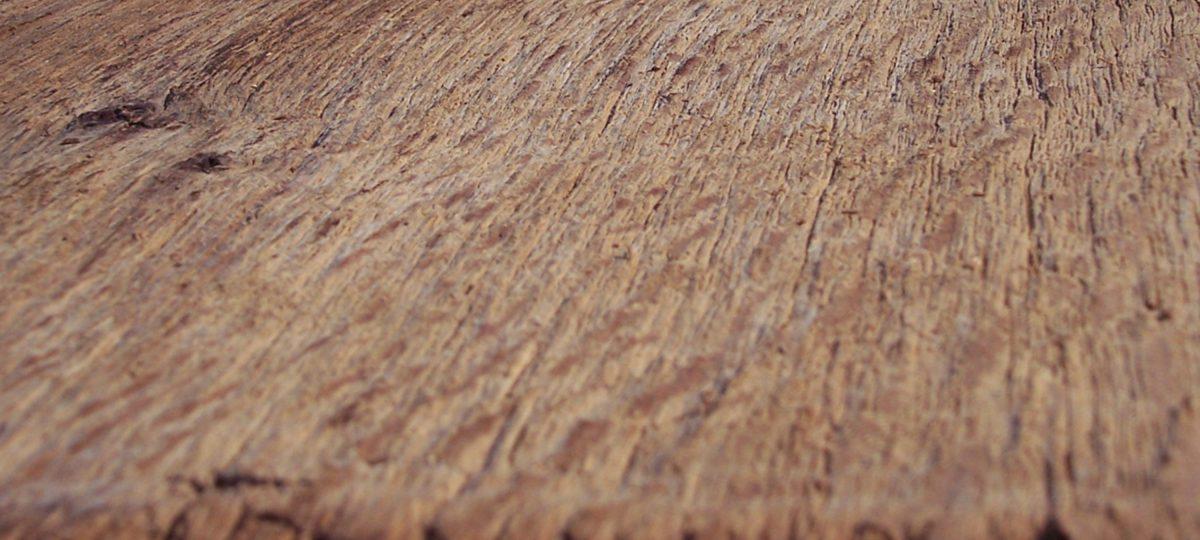 Massive Leimholzplatten aus Altholz mit original alten Oberflächen