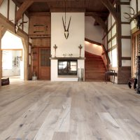 Dielenböden und Wandverkleidungen aus antikem Eichenholz