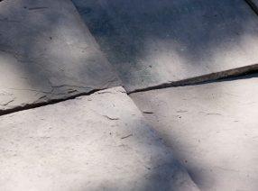 Alte Bodenplatten aus rotem Sandstein