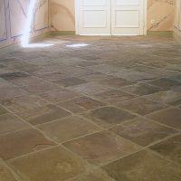 Dachplatten aus Solling-Sandstein als Bodenplatten