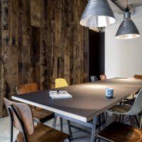 Stark gemasertes altes Eichenholz als Wandverkleidung mit rustikalem Flair