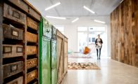 Wandverkleidung aus Altholz kombiniert mit alten Holzmöbeln