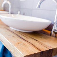einfache Waschtischplatte aus altem Eichenholz mit zwei Waschschüsseln