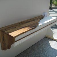 Das Sideboard wurde mit einer Umkleidung aus aufgesägten historischen Eichenbalken versehen