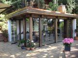 historische Balken aus altem Eichenholz trennen die Glasfronten des Pavillons