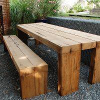 Rustikale Möbel aus Altholz für den Außenbereich
