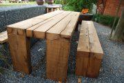 Möbel für den Außenbereich aus altem aufgesägtem Eichenholz