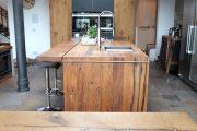 Küchenblock aus aufgesägtem Altholz, Eiche mit auffälliger Maserung