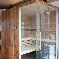 Sauna mit einer Verkleidung aus Altholz, Eiche