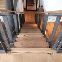Treppe mit altem Eichenholz und Stahlrahmen