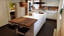 Markanter Küchentisch aus aufgesägten historischen Eichenbalken