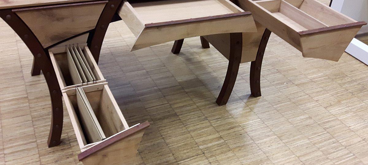 Schreibtisch, Fronten und Tischplatte aus aufgesägten historischen Eichenbalken