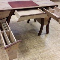 Schreibtisch aus aufgesägten historischen Eichenbalken mit ungewöhnlichem Design