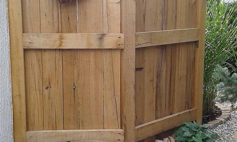 Sichtschutzelemente aus Außenseiten von alten Eichenbalken