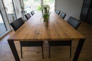 Tischplatte aus massiven Bohlen aus aufgesägtem Altholz