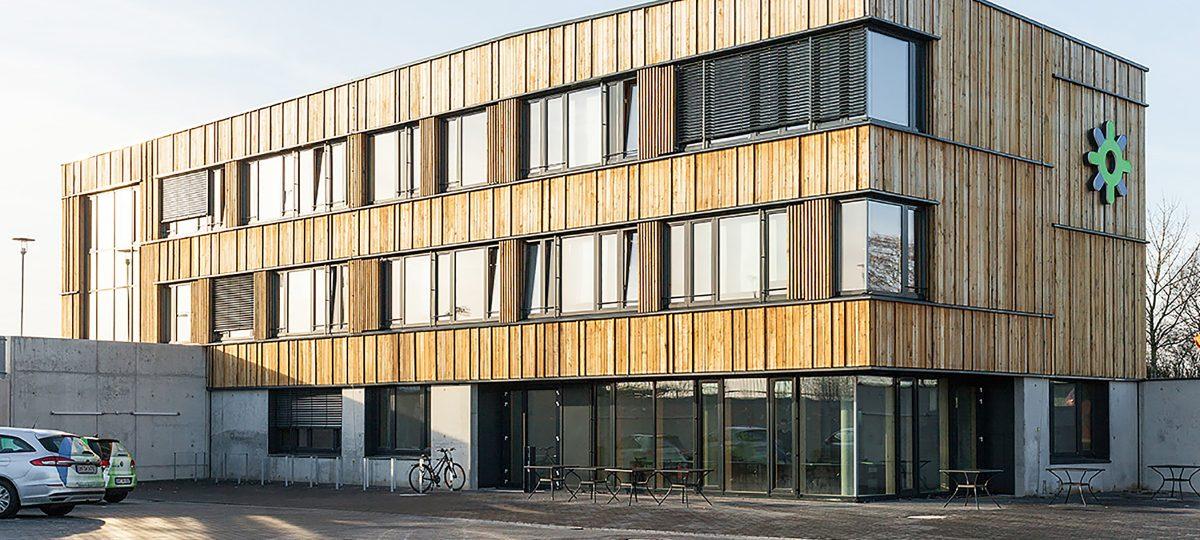 1600 m² Fassadenverkleidung aus Altholz für die Stadtwerke Neustadt (Holstein)