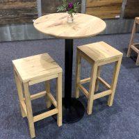 Runder Tisch mit zwei Barhockern