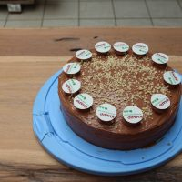 Schokoladen-Nuss-Torte mit kleinen KNAPP-Logos