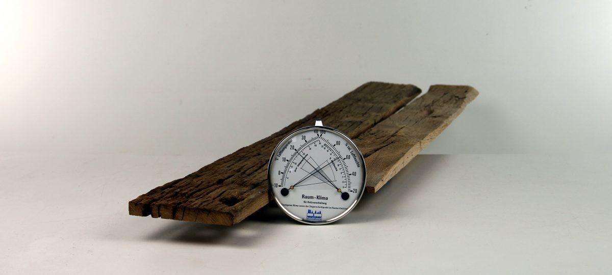 Außenseiten von alten Eichenbalken – gemischte Längen und Breiten, technisch getrocknet