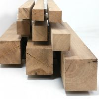 Vierseitig gesägte und anschließend gehobelte Kanthölzer aus historischem Eichenholz in Querschnitten ab 6 mal 6 cm